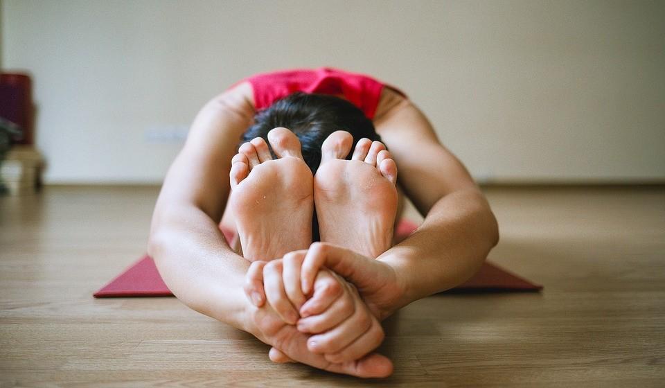 Acorde com yoga – Segundo a especialista, poucos minutos de manhã desta prática poderão mudar a disposição do resto do dia para melhor, pois estimula o fluxo de sangue, equilibra o sistema hormonal e ajuda a desintoxicar-se. As posturas do gato ou da esfinge são algumas das recomendadas.