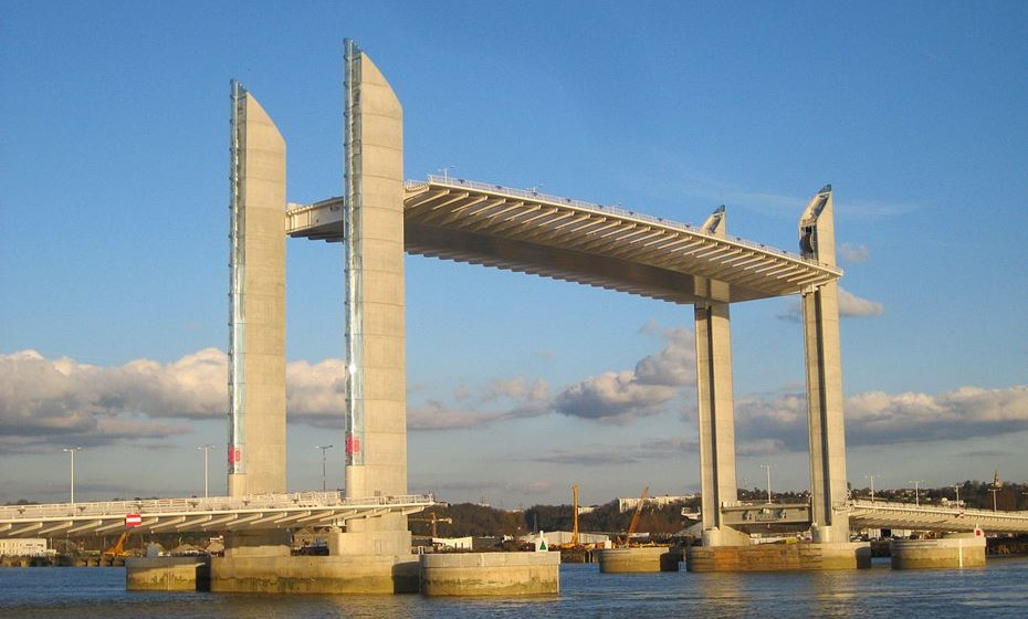 Ponte Jacques Chaban-Delmas, Bordéus, França – Esta uma ponte de elevação vertical sobre o rio Garonne. Foi inaugurada a 16 de março de 2013 pelo presidente François Hollande e Alain Juppé, presidemne da câmara de Bordeus. Tem 110 m de comprimento. Desde 2013 que é a ponte de elevação vertical mais longa da Europa.