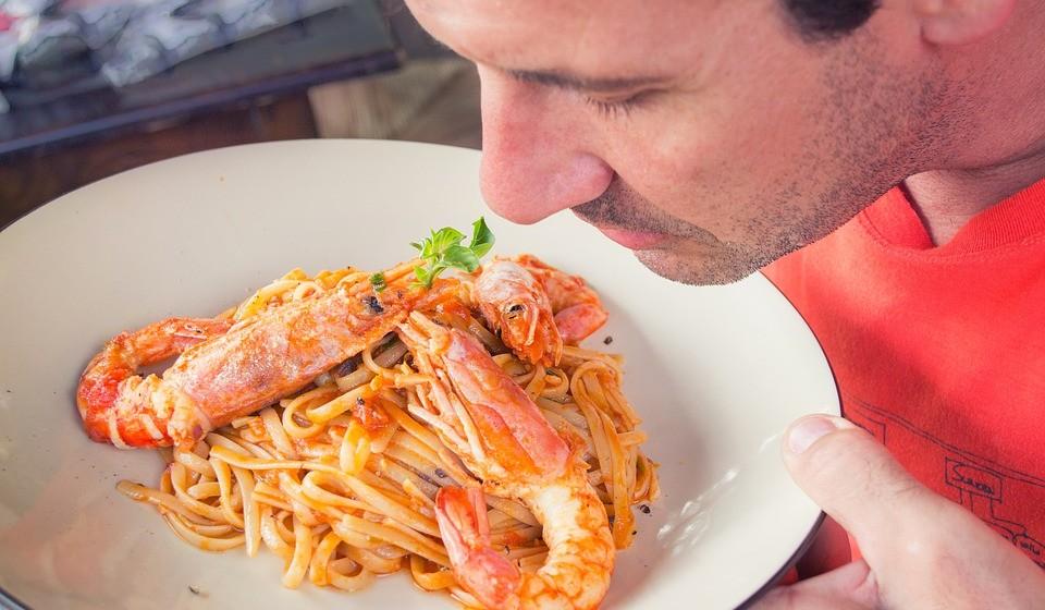 Se comprar já cozido, este deve ter um cheiro suave 'semelhante ao mar' ou salgado. Camarão com um odor esmagador a peixe deve ser rejeitado.