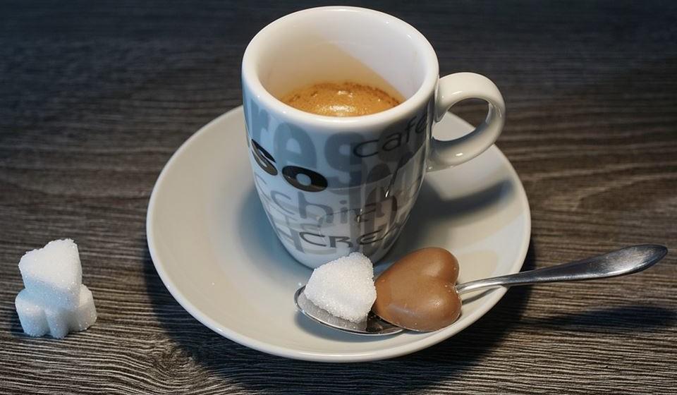 Café - Quando consumido com moderação, o café pode aumentar os níveis de energia e fornecer uma série de benefícios adicionais. Contudo, confiar regularmente no café para aumentar os seus níveis de energia, em vez de na boa nutrição e sono adequados, pode causar o efeito contrário a longo prazo. Beber café regularmente fará com que o seu corpo crie uma tolerância, o que reduzirá o poder dos seus efeitos. Muita cafeína também pode afetar negativamente a qualidade do seu sono.