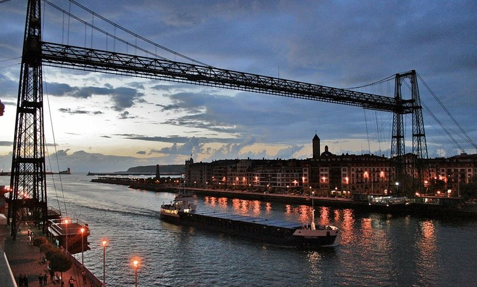 """Ponte da Biscaia, Bilbau, Espanha – Esta é uma ponte de transporte concebida, desenhada e construída pela iniciativa privada entre 1887 e 1893, que une as duas margens da ria desta cidade espanhola. Foi inaugurada em 1893, sendo a primeira de seu tipo no mundo. Aponte també é chamada de """"Ponte Pênsil"""", """"Portugalete"""", """"Guecho"""" e """"Bilbao"""". Também chamada de """"Ponte Palácio"""" em homenagem a seu arquiteto, Alberto Palácio. A ponte liga a cidade de Portugalete com o bairro de Las Arenas, A sua construção foi devida a uma necessidade de unir os balneários existentes nas margens do rio, destinados à burguesia industrial e aos turistas do final do século XIX."""