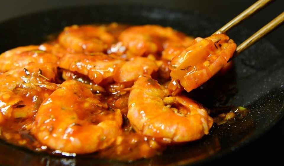 Certifique-se também de que o camarão cozido esteja firme na textura e branco com uma leve tonalidade vermelha ou rosa.