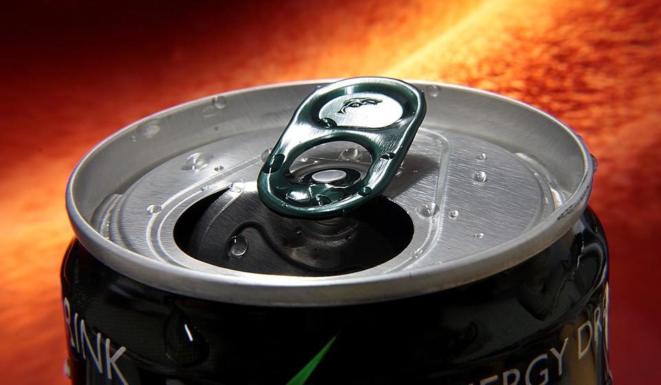 Bebidas energéticas – Parece um contrassenso, mas não é. Não há como negar que as bebidas energéticas podem proporcionar-lhe um impulso de energia a curto prazo. No entanto, os pesquisadores atribuem este feito sobre tudo ás grandes quantidades de açúcar e cafeina adicionados. Muitas bebidas energéticas contêm quantidades ridiculamente altas - às vezes até 10 colheres de chá (52 gramas) por recipiente. Como mencionado anteriormente, o consumo de grandes quantidades de açúcares pode fazer com que a sua energia aumente e, de seguida, caia bruscamente, fazendo com que você se sinta mais cansado do que antes.  No caso da cafeína, os que consomem regularmente bebidas energéticas precisam de consumir quantidades cada vez maiores para experimentar os mesmos efeitos.