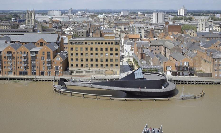 River Hull Footbridge, Hull, Inglaterra – Esta é a primeira ponte que transforma os peões em passageiros, ao movimenta-se para deixar passar os barcos com as pessoas em cima. Toda a sequencia demora apenas dois minutos a abrir ou fechar.