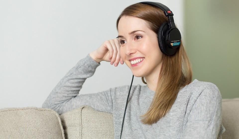 Oiça música – Sente-se bem a ouvir certas músicas? Isso é porque a música afeta todo o sistema nervoso autónomo, aquele que controla as emoções involuntárias.  Por isso, ela exerce um afeito sobre os batimentos cardíacos e a tensão arterial, além do sistema límbico, que regula as nossas emoções e os nossos sentimentos. Faça uma lista das músicas que o ajudam a ativar-se e o deixam otimista.