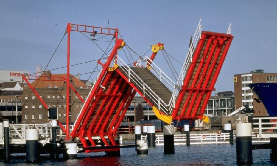 """Ponte Hörn, Kiel, Alemanha - É uma ponte basculante de três segmentos com uma extensão principal de 25,5 metros que se dobra na forma da letra """"N"""". A ponte foi construída em 1997.  Muitos residemts eram céticos quanto ao design. Houve repetidas falhas do mecanismo após o arranque, mas hoje a ponte é aceite como uma obra-prima técnica e tornou-se numa atração turística."""
