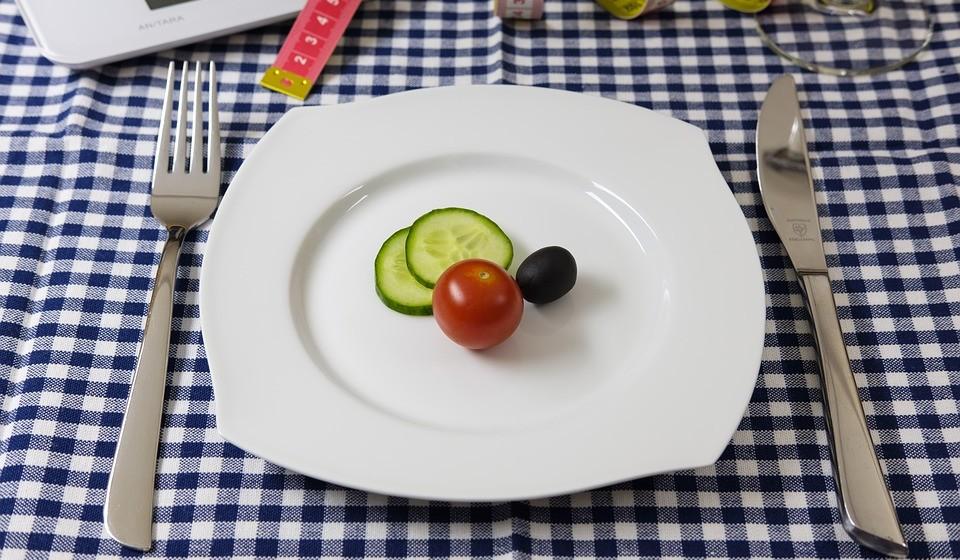 Alimentos baixos em calorias -  Os alimentos de baixas calorias não são eficazes a aumentar os seus níveis de energia. Eles também podem fazer com que consuma menos calorias por dia do que as que precisa, perturbando o seu equilíbrio hormonal e o metabolismo.