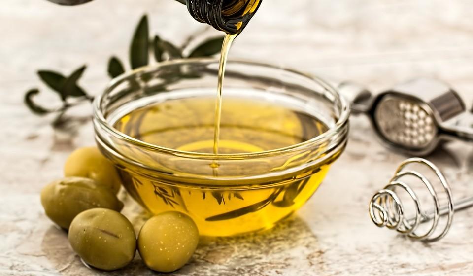 Azeite – Está carregado com benefícios para a saúde, por isso, não é de admirar que seja um dos alicerces da dieta mediterrânica. Vários estudos apontam que uma maior ingestão de azeite pode ajudar a proteger contra o cancro, sobretudo da mama e digestivo.