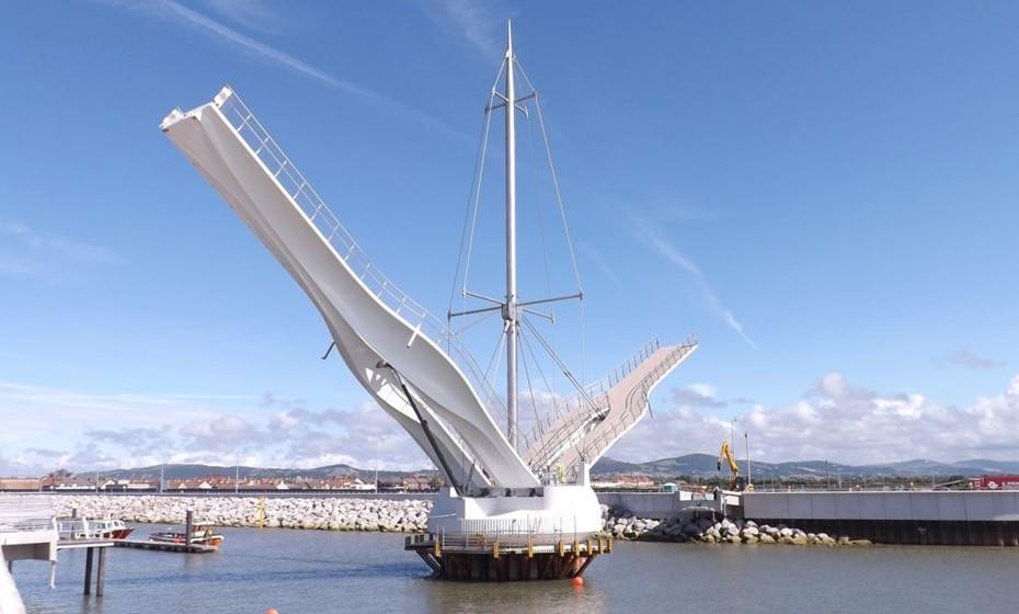 Ponte Foryd Harbour, Rhyl, País de Gales - A ponte pedestre é composta por dois braços que se levantam para dar passagem aos barcos que navegam no canal. Ao centro um mastro de aço tem cerca de 50 metros de altura.
