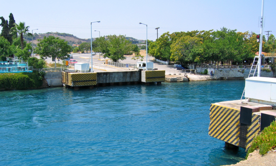 Ponte submersível no Canal de Corinto, Grécia. Fotos: Wikimedia