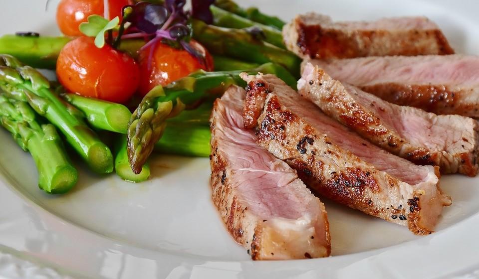 Se se alimentar com boas fontes de proteína, como carne, aves e peixe, consegue sentir-se cheio e evitar posteriores desejos de doces.  Na verdade, se está a tentar perder peso, comer quantidades adequadas de proteína é muito importante para fazer essa gestão. Se for vegetariano, opte por proteína vegetal.