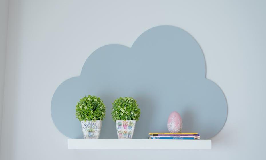 As prateleiras existentes foram lacadas a branco e para lhe dar um ar mais infantil colocou-se umas placas em formas de nuvens num azul clarinho.
