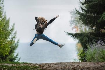 Um simples agradecimento, conviver com amigos, ouvir música... estas são apenas algumas atividades que pode praticar diariamente para ser mais feliz e que devem ser reforçadas na altura mais deprimente do ano. A ciência garante a sua eficácia, revela o psicólogo Jeremy Dean, autor do blog 'Psy Blog'.
