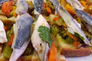 A cavala é um peixe rico em ómega 3 que se encontra bastante na costa portuguesa e deve, por isso, ser incluído numa alimentação saudável. Veja o passo a passo desta receita típica do Algarve.