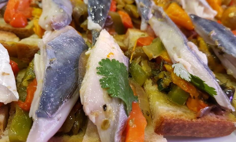 A cavala é um peixe rico em ómega 3 que se encontra bastante na costa portuguesa e deve, por isso, ser incluído numa alimentação saudável. Veja o passo a passo desta receita típica do Algarve e da autoria do programa Algarve Cooking Vacations.