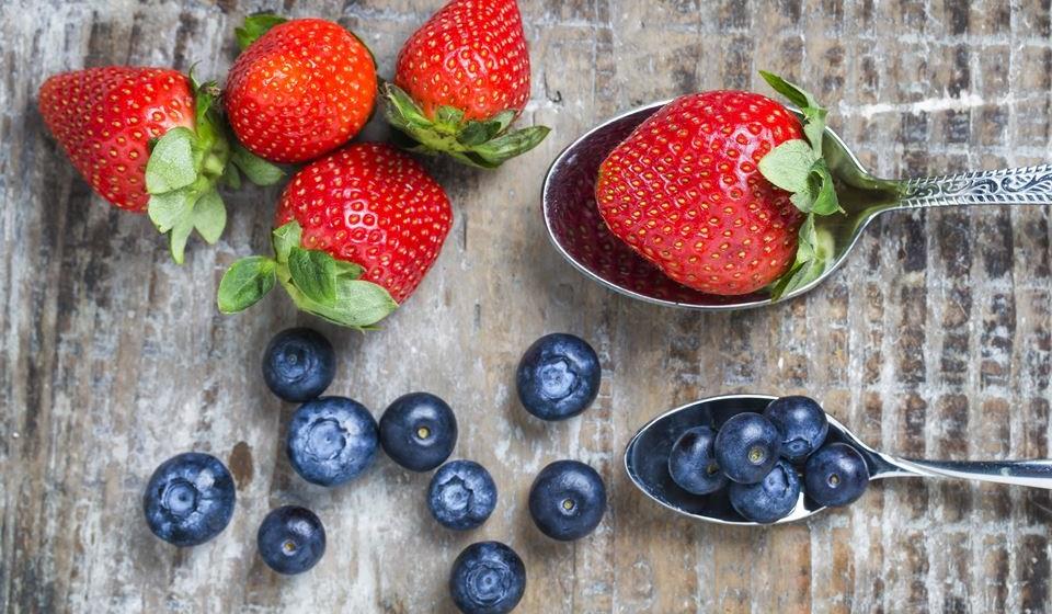 De certo já ouviu falar que deve ingerir alimentos antioxidantes para melhorar a sua saúde, bem-estar e também para prolongar a juventude. Estes componentes combatem os radicais livres que causam danos ao organismo por stress oxidativo, que aumenta o risco de doenças várias. Ingerir alimentos ricos em antioxidantes pode ajudar a reduzir esse stress e logo o risco de doenças. Eis os 12 melhores alimentos saudáveis que são ricos em antioxidantes, segundo a plataforma 'Authorithy Nutrition'.