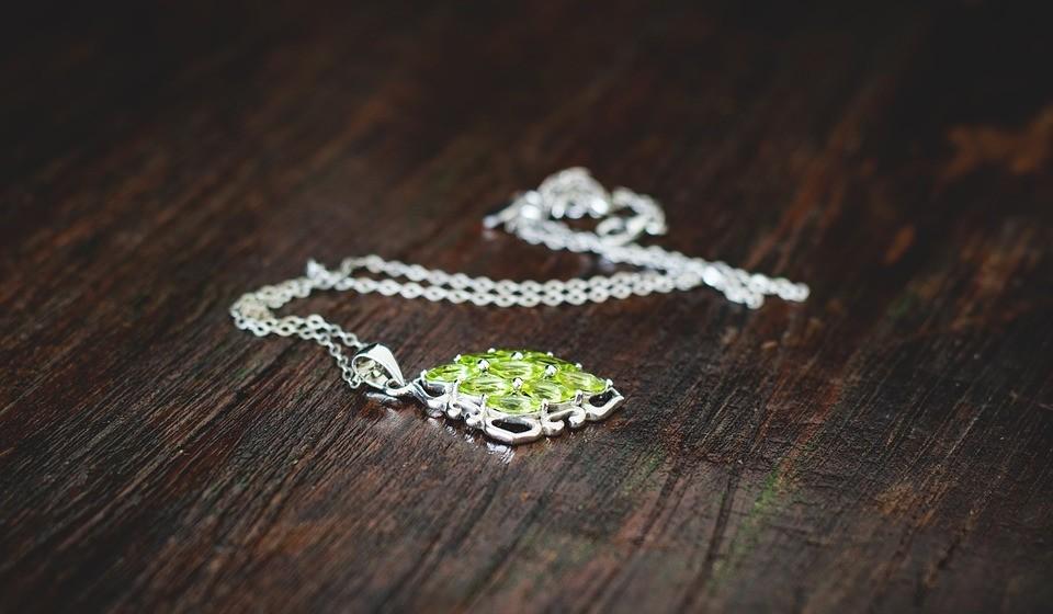 Peridoto – Com origem na Índia, é símbolo de sabedoria e de pureza. Também se diz que afasta maus espíritos e feitiço e traz renovação.