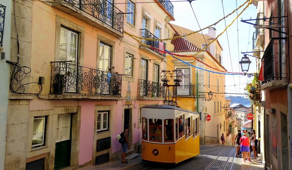 Lisboa, Portugal - A capital de Portugal não podia faltar neste guia. «É uma das mais belas capitais europeias», revela o European Best Destinations. À beira do rio Tejo, oferece paisagens dignas de um postal. É uma cidade animada. Descubra os seus mercados tradicionais, lojas independentes, castelos incríveis e românticos, a gastronomia…