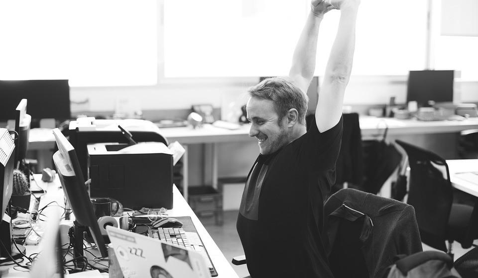 Sempre que se levantar, em casa ou no trabalho, pode aproveitar para fazer exercícios simples durante dois minutos.