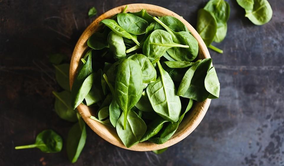 Espinafres – O espinafre é rico em nutrientes, rico em antioxidantes e tem poucas calorias. É também uma das melhores fontes de luteína e zeaxantina, que defendem os olhos dos radicais livres.