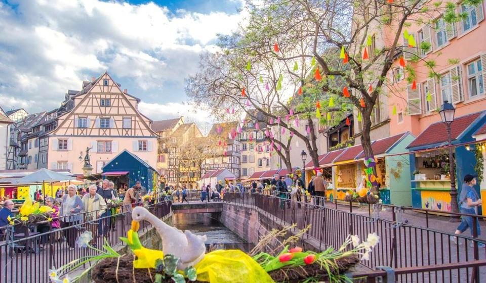 Colmar, França – Localizada na Alsácia, esta cidade celebra a primavera desde a última semana de março a meados de abril de cada ano. Existem dois mercados principais de Páscoa no coração da cidade. Mais de 70 expositores oferecem produtos originais e artesanais. Há muitas coisas para fazer em Colmar, como degustar vinhos da Alsácia depois de caminhar nas vinhas da região.