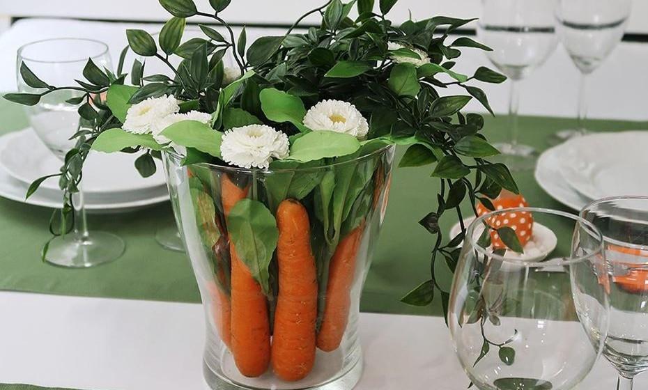 Faça arranjos elegantes e criativos. Já que o coelho é um dos símbolos da Páscoa porque não uma arranjo campestre e chique com algumas cenouras e um conjunto de flores da época. FONTE: http://www.suacasasuafesta.com
