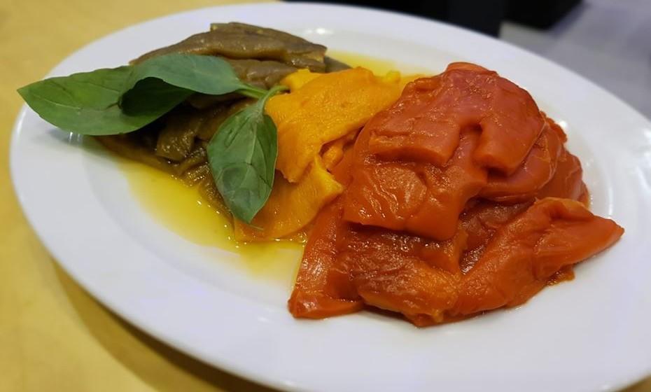 Use pimentos de três cores previamente assados no forno.