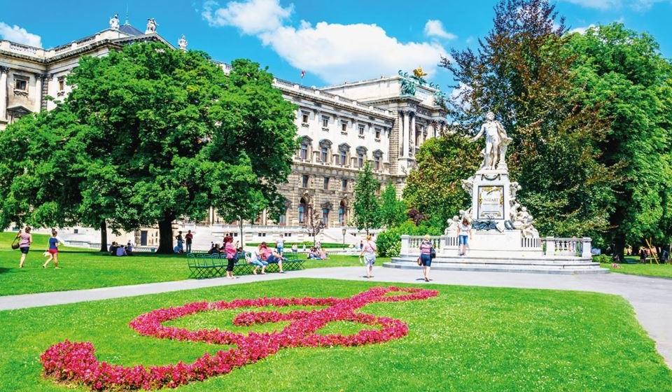 Viena, Áustria – Está sempre no top 10 das cidades preferidas para visitar na Europa, seja em que altura do ano for. A cidade é um museu ao ar livre onde a história e a cultura se encontram. Pode desfrutar dos concertos de piano de Mozart no Salão Dourado do Muzikverein, descobrir o Palácio de Schönbrunn ou simplesmente passear pelos muitos mercados de Páscoa em toda a cidade.