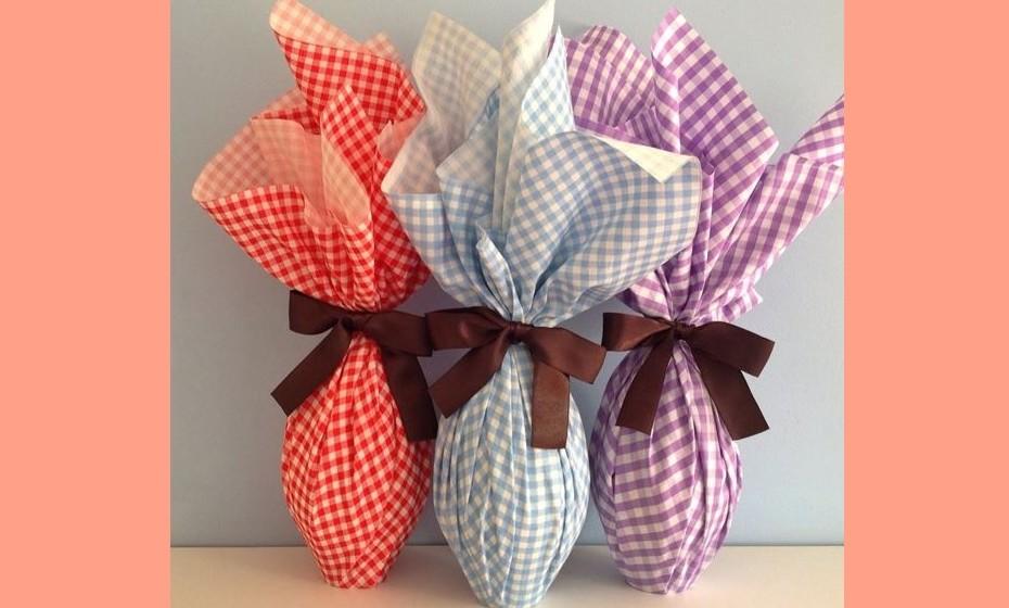 Se tiver restos de tecido por casa, porque não embrulhar uns ovos de chocolate para oferecer aos mais pequenos e graúdos? Imagem fonte :http://blog.decorecomigo.com