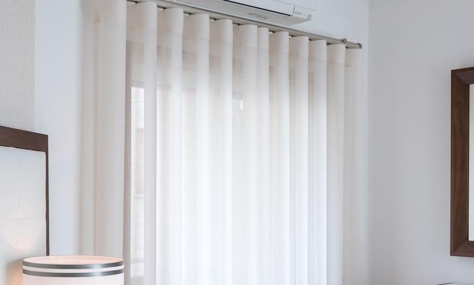 Escolha as cortinas que harmonizam todo o espaço. Eu sou fã das cortinas onduladas e claras. Acho que são intemporais e aquele ondular dá aos espaços um certo look orgânico e natural. Muito importante e muitas vezes descurado são as calhas das cortinas. A calha certa favorece o conjunto, a calha errada estraga tudo. Invista tempo neste detalhe.