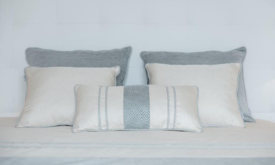 Tenha em atenção a todos os pormenores, como por exemplo, neste caso, as almofadas são retangulares porque a mobília do quarto é marcadamente retangular. Escolher tecidos sem padrão é mais fácil, mas um padrão vai dar-lhe o toque que torna o espaço «diferente».