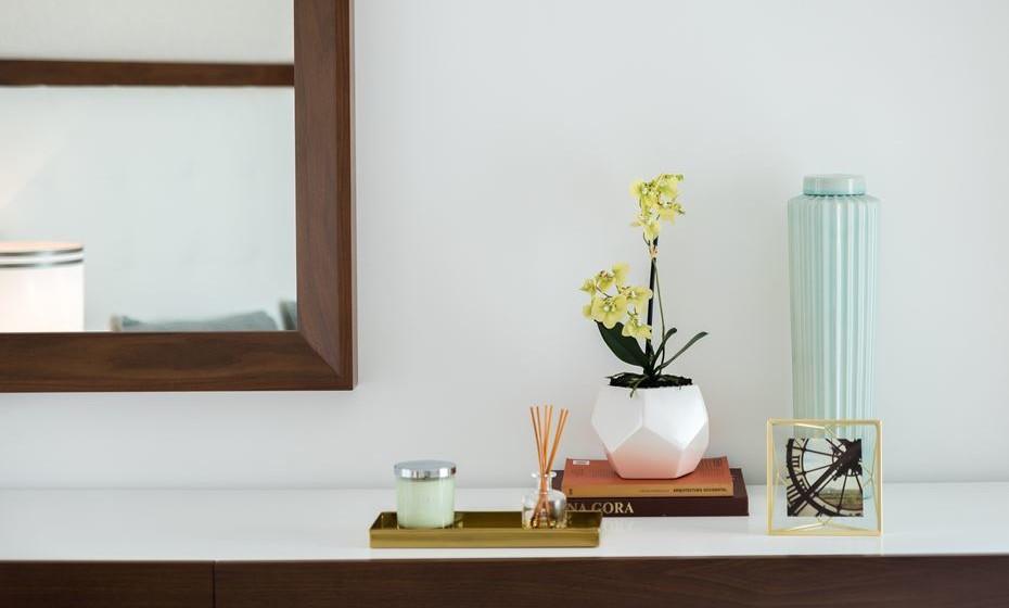 Use acessórios de tons que complementam o look do quarto, coloque flores, velas e fragrâncias. Atente neste exemplo de como deve dispor um conjunto de artigos.