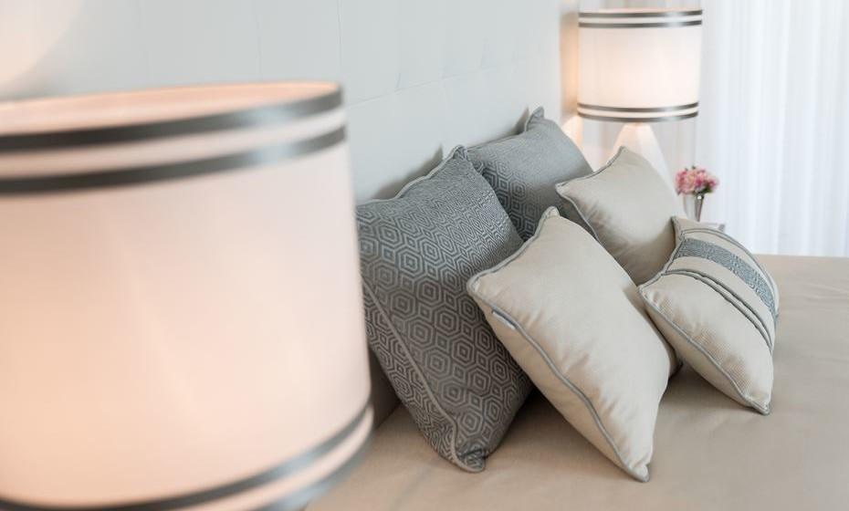 Torne o seu quarto ainda mais rico ao adicionar detalhes distintos, como estas duas fitas no abatjour conjugadas com o cinzento utilizado noutras peças de decoração.