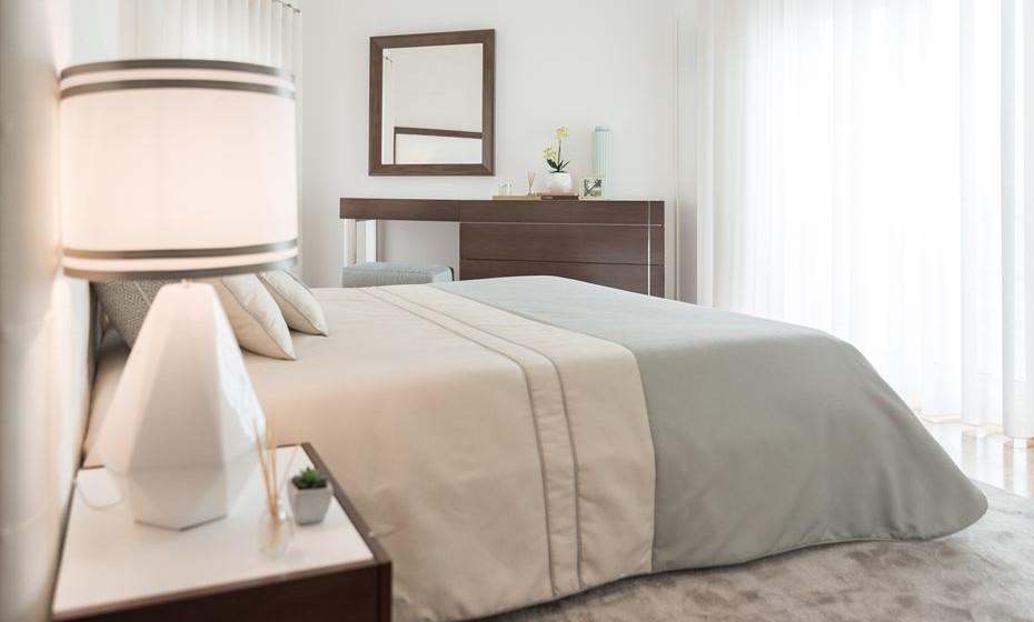Direcione a sua cama para uma grande janela para poder apreciar dentro do seu retiro. Organize o espaço preenchendo (sem exageros) os espaços em branco, por exemplo com um espelho, alinhado pelo espaço aberto da cómoda.