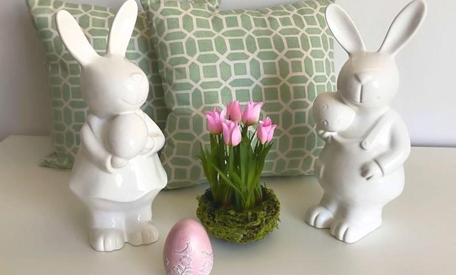 Para além de colocar flores e ovos alusivos ao tema, aproveite o bom tempo e renove as almofadas. Neste caso, escolhemos no tom verde para bem receber a primavera.  fonte: www.angelapinheiro.pt