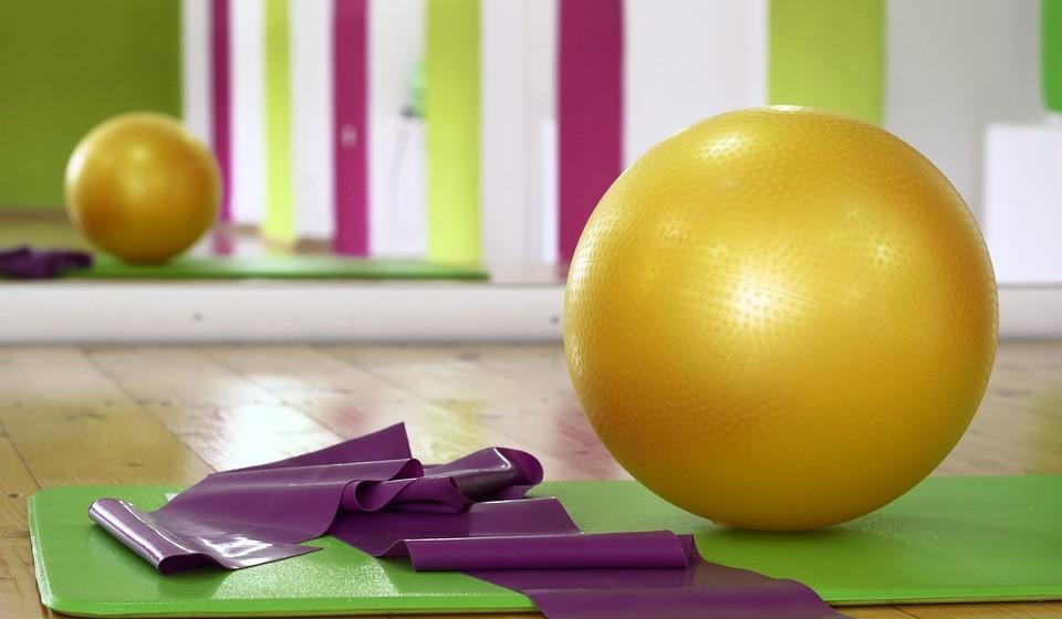 Use uma bola de Pilates em vez da cadeira ou um disco de instabilidade na cadeira (embora não o dia todo).