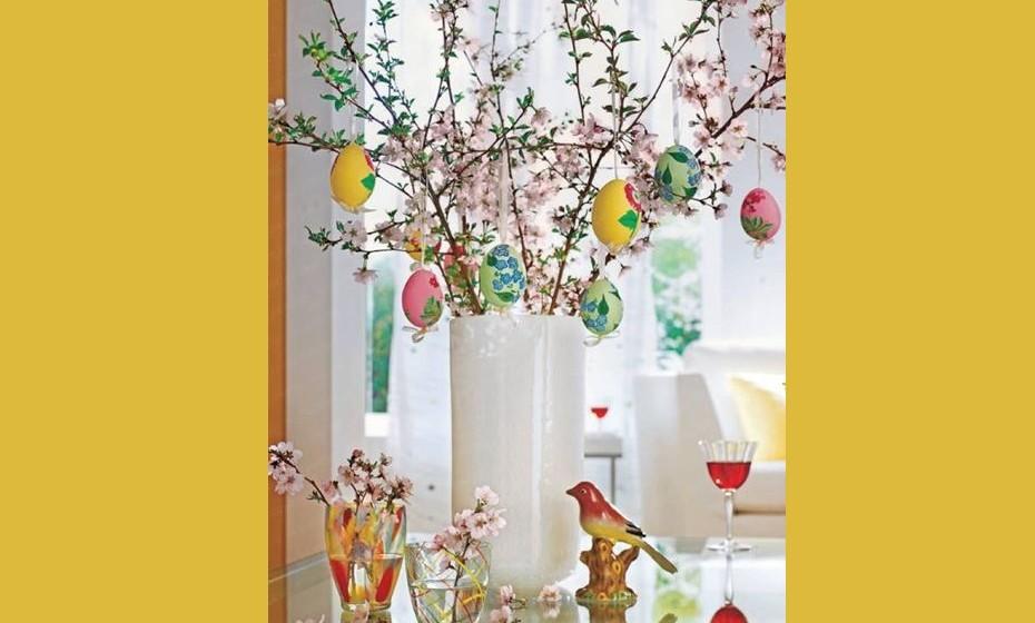 Com a ajuda dos mais pequenos pinte alguns ovos, junte ramos, flores e fitas de seda e faça um arranjo original para a sua casa.   fonte: http://blog.decorecomigo.com