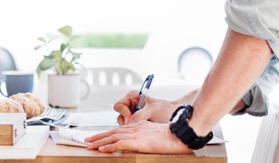 Use uma secretária de pé. Existem secretárias que se levantam e baixam e pode alternar a posição de trabalho.