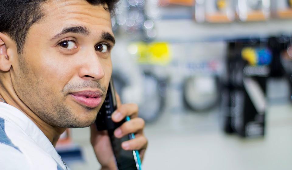 Quando receber um telefonema, atenda-o em pé.