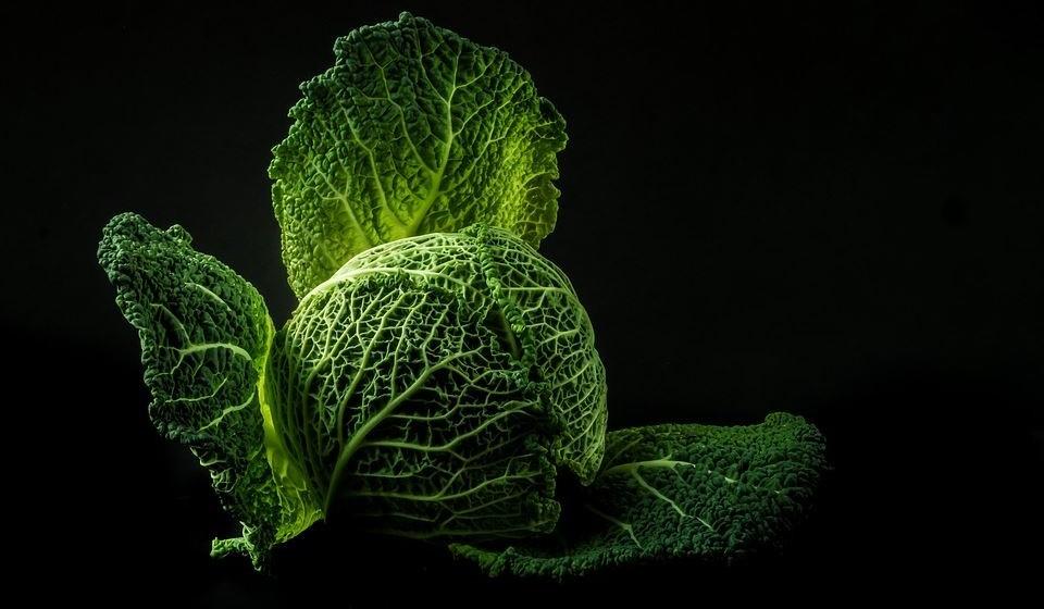 Couve – É um dos vegetais verdes mais nutritivos do planeta e é rica em vitaminas A, K e C. Também é rica em antioxidantes. Embora a couve seja rica em antioxidantes, as variedades vermelhas podem conter cerca de duas vezes mais destes componentes.