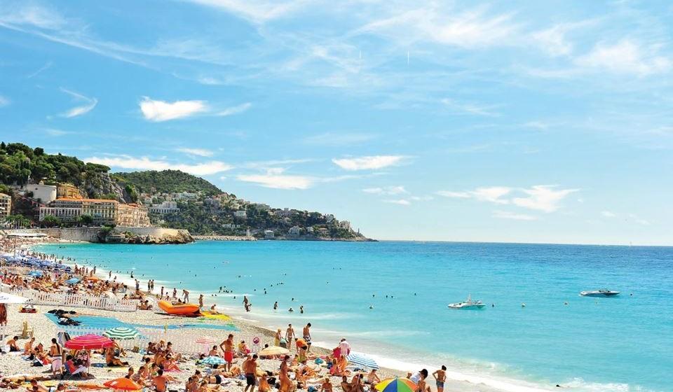 Nice simboliza a Riviera francesa. É um destino elegante e autêntico.  Descubra os tradicionais mercados provençais. Veja os artesãos locais e aproveite a cozinha. Nice é um destino muito agradável na Páscoa. O sol, o mar, o céu, as casas coloridas e a gastronomia encantam os visitantes.