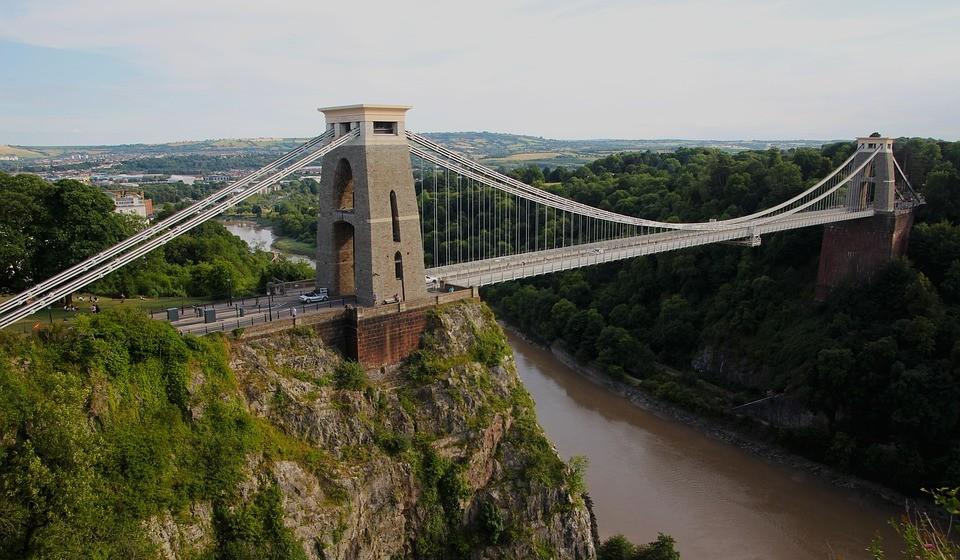 Bristol, Inglaterra – É uma cidade única, linda e excitante.  Apanhe o Bristol Ferry Boat e faça uma visita guiada à cidade. Passeie por aí, tome uma bebida ou uma refeição num dos cafés e restaurantes da cidade. Visite as livrarias originais e lojas exclusivas. Não se esqueça de cruzar a Ponte Suspensa de Clifton: é um símbolo da cidade.