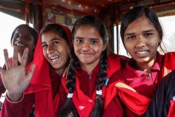 Foto UNICEF: Meninas que lutaram contra o casamento infantil e hoje vão para a escola na vila de Berhabad, India.