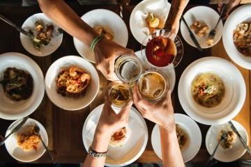 O tempo frio convida a encontros entre portas. Se está a planear uma reunião de amigos em sua casa, veja quais são as regras fundamentais para uma noite memorável.