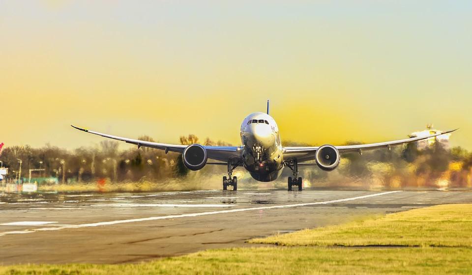 Viajar é um dos maiores prazeres da vida, mas também pode ser uma dor de cabeça. Os preparativos que antecedem a viagem são um stress. Entre a reserva do voo, o planeamento da viagem, a escolha da roupa certa, o embalamento da mala, muitas são as coisas que podem correr mal. Fique a par de alguns conselhos, fornecidos por vários profissionais do setor da aviação, para uma viagem tranquila.