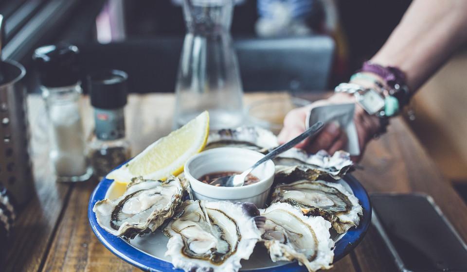 As ostras são uma das melhores fontes de zinco que, como já foi dito anteriormente, é um mineral que ajuda ao crescimento e à reparação do cabelo.