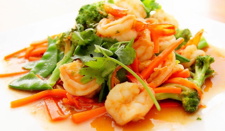 O camarão têm uma grande variedade de nutrientes. Proteínas, vitamina B, zinco, ferro, vitamina D e ainda uma pequena proporção de ómega-3.