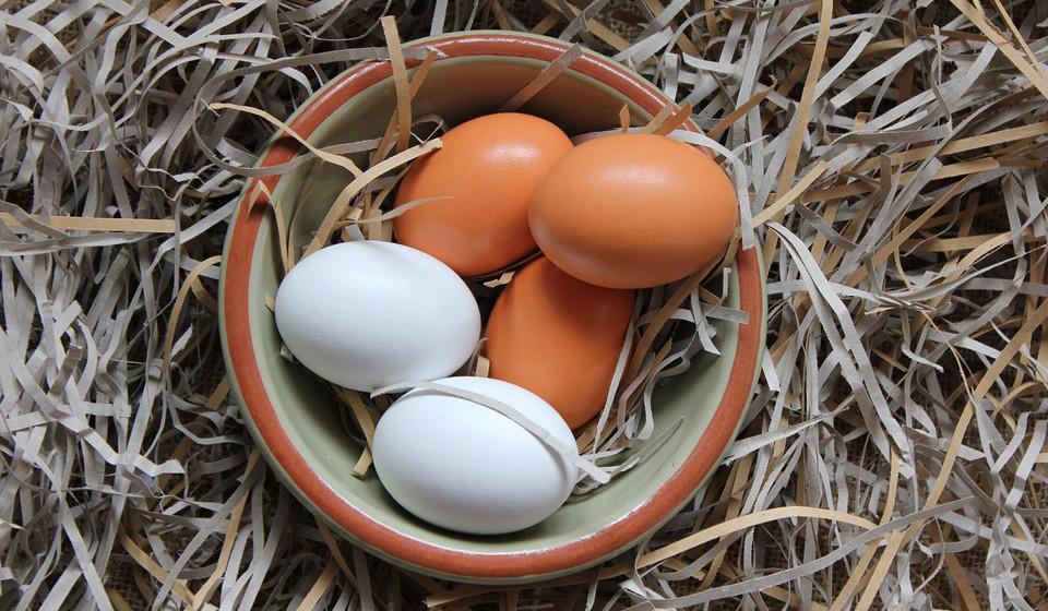 Os ovos são uma grande fonte de proteínas e biotina, nutrientes importantes para o crescimento e fortalecimento do cabelo. Uma dieta pobre nestes alimentos está ligada à queda de cabelo.