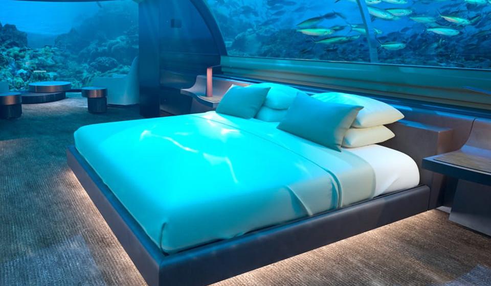 A ilha Rangali, nas Maldivas, foi o destino escolhido para receber a primeira casa do resort Conrad Maldives Rangali Island com um dos pisos totalmente submerso. O projeto irá custar cerca de 12 milhões de euros e promete revolucionar o mercado dos hotéis e resorts de todo o mundo. Na imagem, o quarto no piso submerso.