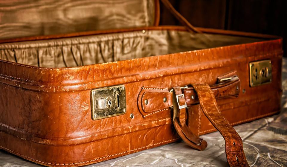 """Poupe espaço na sua mala. De acordo com uma comissária de bordo com um ano de experiência, """"o meu truque é a técnica de enrolar a roupa. A maior parte das vezes estou fora num período de até três semanas, e economizo muito espaço enrolando as roupas em vez de as dobrar""""."""